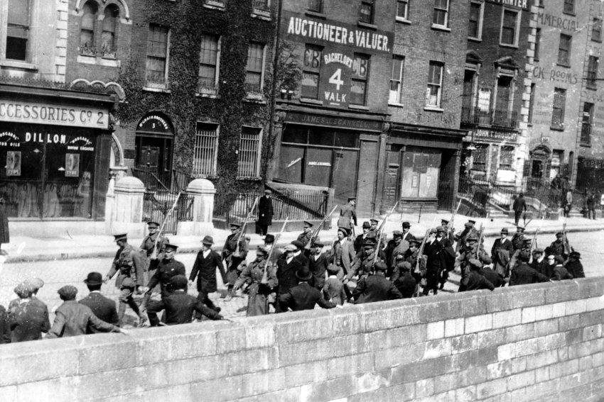 Dublin April 2016 - Easter Rising - British soldiers lead prisoners away. Photo: Unknown/cdn2.Spiegel.de. Public Domain.