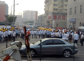 Chinese Workers on strike. Photo: Taken on August 11, 2007 by en jachère. (CC BY-NC-ND 2.0).