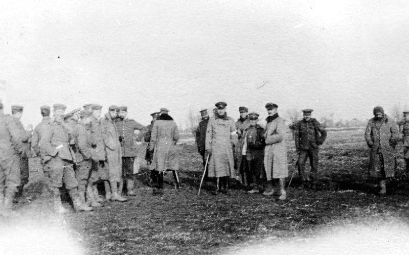 British and German troops meeting in No-Mans's Land during the unofficial truce. (British troops from the Northumberland Hussars, 7th Division, Bridoux-Rouge Banc Sector), 1914. Photo: Robson Harold B./United Kingdom Government. Public Domain.