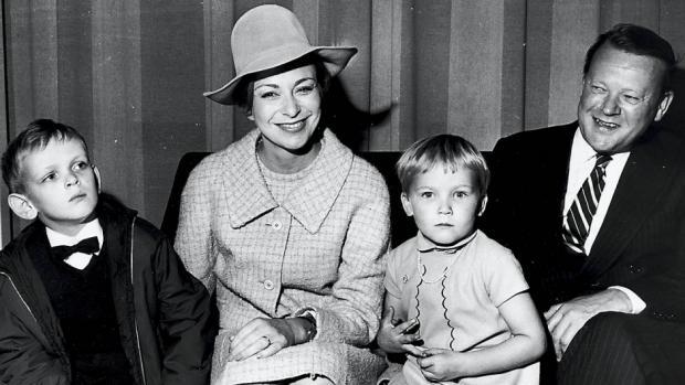 Den danske premierminister Jens Otto Krag med kone Helle Virkner (skuespillerinde) og deres børn i 1971. Foto: AOP. (CC BY-SA 4.0).