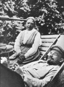 Portræt af Nadezhda Krupskaya og Lenin i 1922, fotograferet af hans søster, Maria Ilyinichna Ulyanova (1878–1937), 1922. Public Domain.