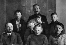 Lenin and his family (V.I. Lenin, N.K. Krupskaya, A.I. Elizarova, M.I. Ulyanova, D.I. Ulyanov and G.Ya.Lozgachev) in the Kremlin's apartment of V.I. Lenin . Moscow, autumn of 1920. The history of photo restoration in the 1930s N.P. Tikhonov, see here: https://dlib.rsl.ru/viewer/01005464067?page=221 . Photo: I. Leshchenko. Public Domain. See below 22. april 1870.