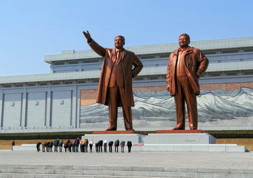 Visitors bowing in a show of respect for North Korean leaders Kim Il-sung and Kim Jong-il on Mansudae (Mansu Hill) in Pyongyang, North Korea, 16 March 2014. Photo: Bjørn Christian Tørrissen. (CC BY-SA 3.0).