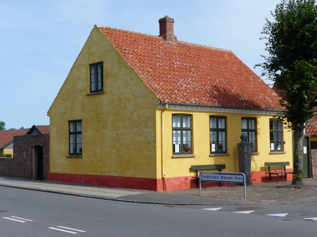 Fra 1877 var dette Martin Andersen Nexø's barndomshjem, Ferskesøstræde 36, Nexø, 19. juli 2019. Det er nu indrettet som museeum. Foto: Fyrtaarn. (CC BY-SA 4.0).