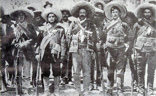 Fra venstre mod højre, generalerne: Candelario Cervantes, Pablo López, Francisco Villa, Francisco Beltrán og Martín López, 1914. Lokation: Archivo General de la Nación, Mexico. Public Domain.