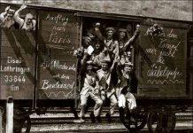 """""""Med krigsbegejstring de os fylder/de konger før vi skal i slag"""" Foto: German soldiers in a railroad car on the way to the front in 1914. It is unknown if the soldiers' enthusiasm is genuine or if the scene was staged for propaganda purposes. Skovturs-stemning ved 1. Verdenskrigs begyndelse: tyske soldater i august 1914 afsted med tekster på vognen som """"Udflugt til Paris"""", """"Vi ses på boulevarderne"""" . Og de blev bildt ind, at de var hjemme til jul!! Foto: ukendt. Public Domain."""