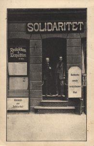 """Syndikalisterne udgav ugeavisen """"Solidaritet"""", der i 1918 blev et dagblad og udkom i 15.000 eksemplarer. På billedet fra 1912 ses """"Solidaritets"""" første kontor, som lå i Slotsgade i København, i døren står Christian Christensen sammen med Julius Nielsen. Kilde: Arbejdermuseet & ABA"""