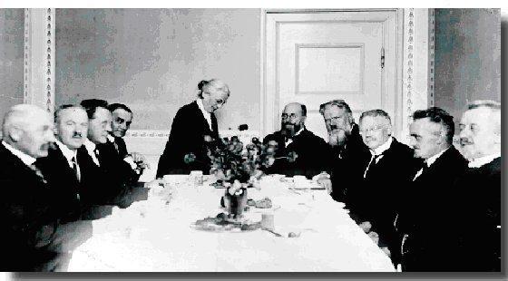 Danmarks første arbejderregering, regeringen Stauning. På billedet skænker undervisningsminister Nina Bang kaffe for regeringen.