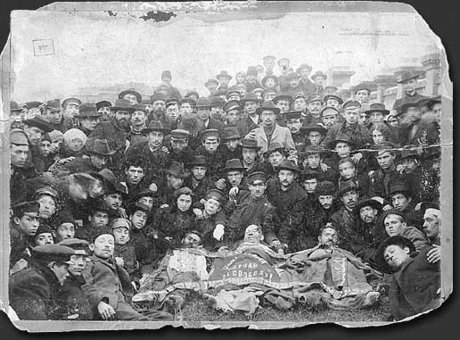 Members of the Jewish Bund with bodies of their comrades killed in Odessa during the Russian revolution of 1905. Photo: Unknown. Public Domain.