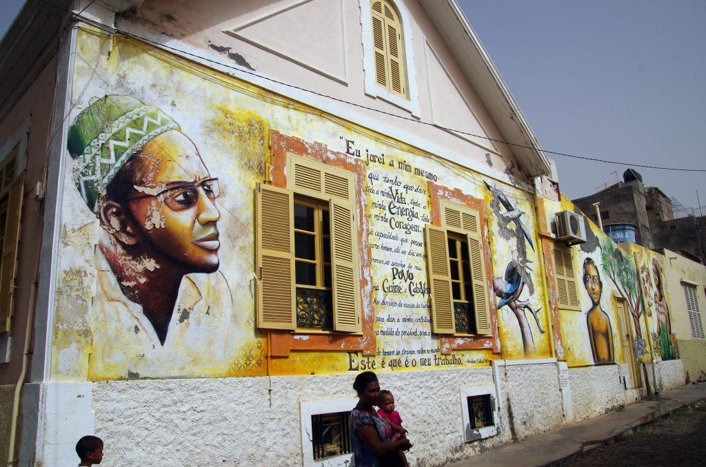 Murmaleri med Fundação Amílcar Cabral, Praia, Kap Verde. Photo taget 28. Februar 2015 af Balou46. (CC BY-SA 4.0).
