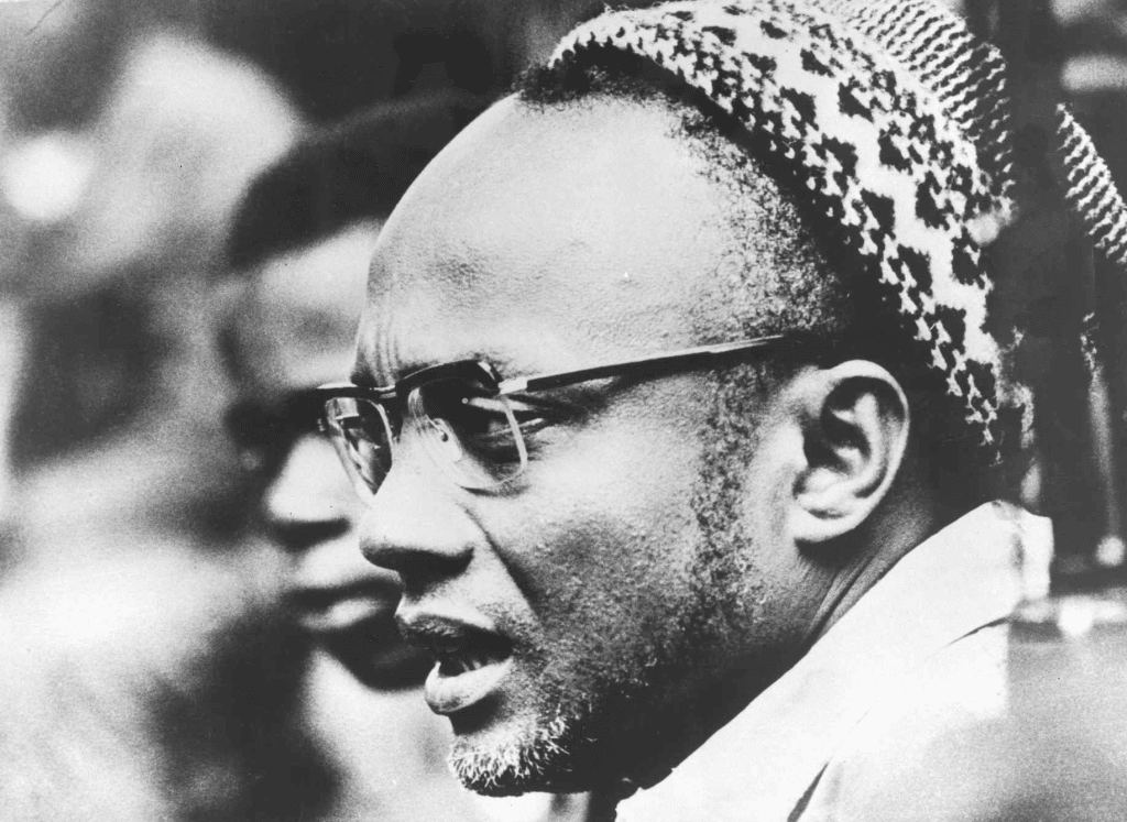 Portrait of Amilcar Cabral, wearing the sumbia - traditional skullcap [presumably during the Cassacá Congress, freed from the southern region of Guinea]. Februar 1964. Source: http://casacomum.org/cc/visualizador?pasta=05221.000.030 Photo: Anonymous. Public Domain.