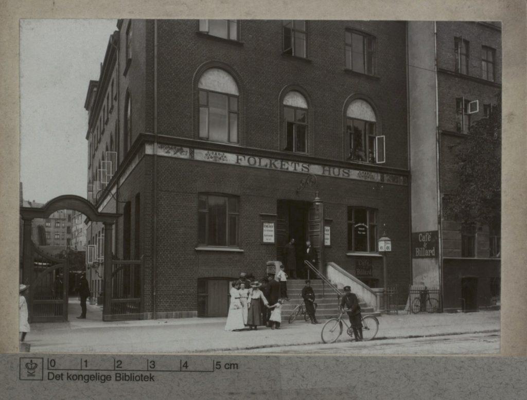 Indgang til Folkets Hus på Jagtvej 69. Foto Ukendt. Public Domain.