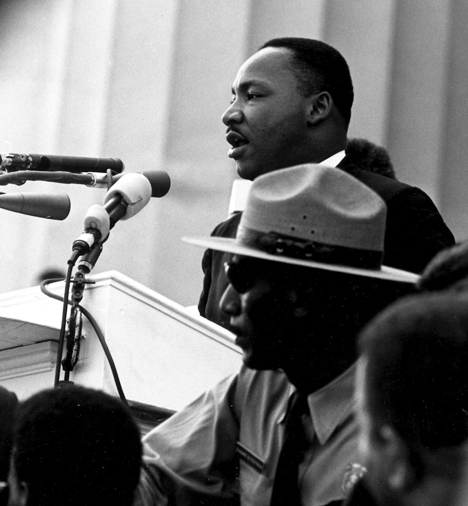 """King gave his most famous speech, """"I Have a Dream"""", before the Lincoln Memorial during the 1963 March on Washington for Jobs and Freedom. Date: 28 August 1963. Photo: Rowland Scherman (1937–) Record creator: U.S. Information Agency. Press and Publications Service. (ca. 1953 - ca. 1978). Collection: National Archives at College Park Still Picture Records Section, Special Media Archives Services Division (NWCS-S). Public Domain. Source: Wikimedia Commons. Se links nedenfor."""