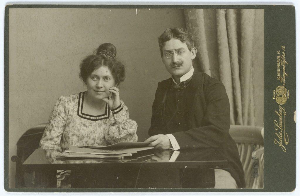 Ægteparret Karin og Sophus Michaëlis, Kabinetfotografi 1905? Foto: Julie Rasmine Marie Laurberg (1856-1925). Public Domain.