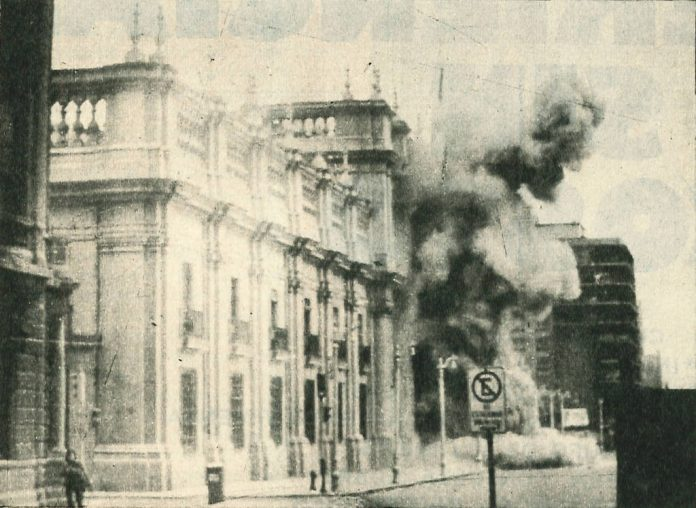 Coup of September 11, 1973. Bombing of La Moneda (presidential palace). Author: Biblioteca del Congreso Nacional de Chile. (CC BY 3.0 CL). Source: Wikimedia Commons