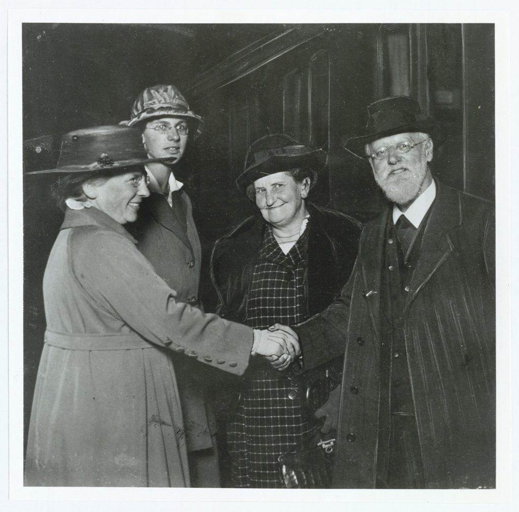 Nina Bang (1866-1928, f. Ellinger, undervisningsminister) og datteren Merete Hansen (f. Ellinger Bang f. 1903) modtager den tjekkisk-fødte, tyske politiker Karl Kautsky (1854-1938, politiker, Tyskland) og hustru Luise Kautsky (1864-1944, f. Ronsperger, politiker, Østrig). (CC BY-NC-ND 4.0).