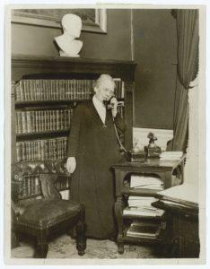 Minister Nina Bang i sit Arbejdsværelse. Ca. 1925? (CC BY-NC-ND 4.0).