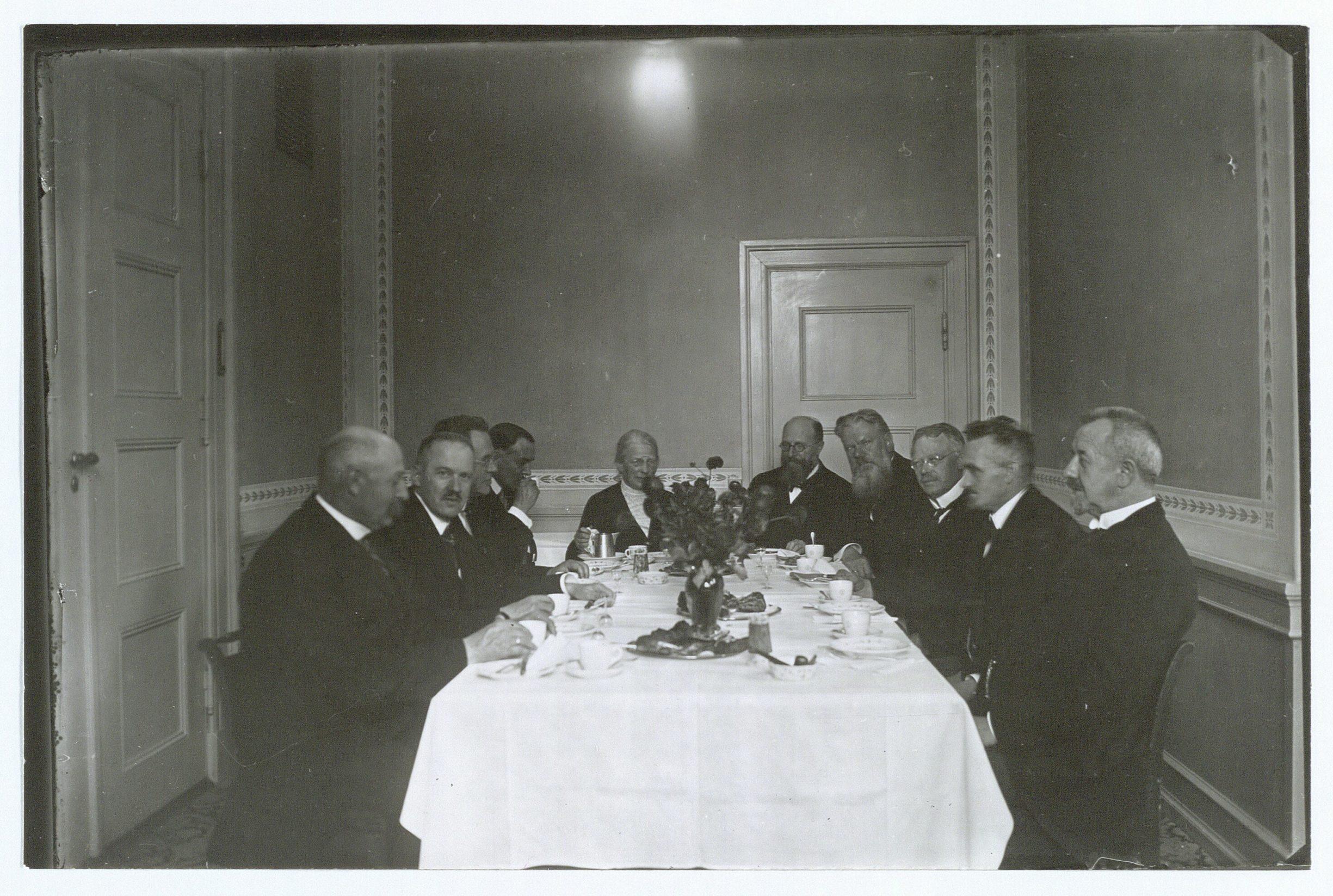 Nina Bang serverer for sine gæster til sin 60 års fødselsdag i 1926.