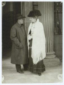Johan Skjoldborg og Emma Gad konverserer i kolonnaden ved Amalienborg i forbindelse med Nordisk Forfatterstævne, 1919. Foto: Ukendt/Det Kongelige Biblioteks Billedsamling. (CC BY-NC-ND 4.0).