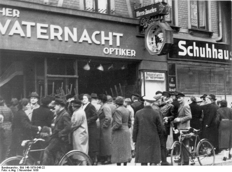 "Ødelagt jødisk butik i Magdeburg (nach ""Reichskristallnacht"" am 9.11.1938).- Optiker Vaternacht med smadre ruder. Collection: German Federal Archives. Sammlung von Repro-Negativen (Bild 146). Foto: Unknown (CC BY-SA 3.0 DE). Source: <a href=""https://commons.wikimedia.org/wiki/File:Bundesarchiv_Bild_146-1979-046-22,_Magdeburg,_zerst%C3%B6rtes_j%C3%BCdisches_Gesch%C3%A4ft.jpg"">Wikimedia Commons</a>"