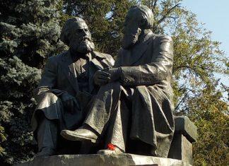 Marx og Engels i det grønne. Statuer af Karl Marx og Friedrich Engels i Bishkek, Kirghizstan. Foto: Taken on August 9, 2017 by © Zorion. (CC BY-SA 3.0).