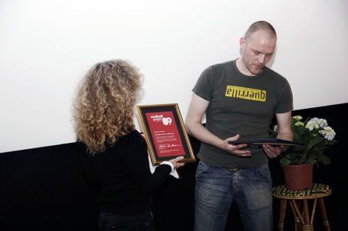 Martin Lindblom overrækker den nystiftede Modkraftprisen i juni 2009 til Sexarbejdernes Interesse Organisation. Foto: Mark Knudsen/Monsun