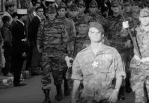 Scene fra filmen, hvor franske faldskærmstropper ankommer med obersten i spidsen, hyldet af folk fra den franske koloni i Algeriet. Skærmbillede fra filmen.