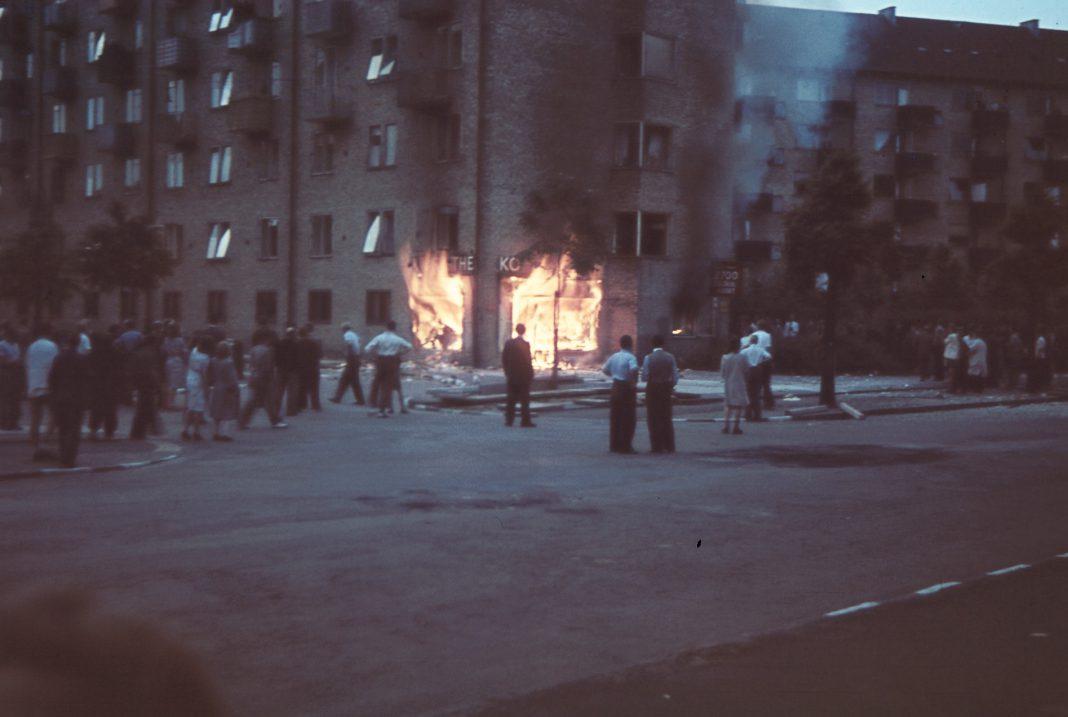 En kolonialforretning på Tomsgårdsvej sat i flammer af demonstranter under Folkestrejken i 1944. Fotokilde: Nationalmuseet, Danmark Fotograf: Willy Nielsen Licens ifølge Nationalmuseet: No known rights