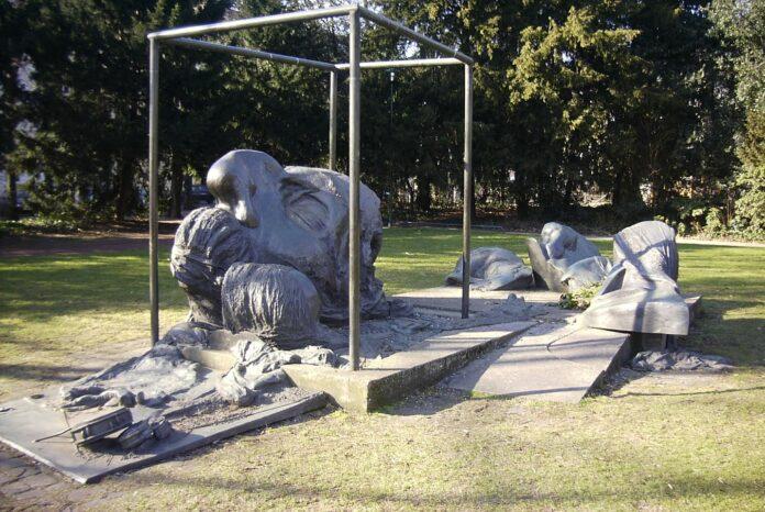 Heinrich Heine monument, Düsseldorf. Sculpture made in bronze in 1978-1981 by Bert Gerresheim (1935–), German sculptor. Collection: Schwanenmarkt (Düsseldorf). Photo: Bodoklecksel, März 2006. (CC BY-SA 3.0).