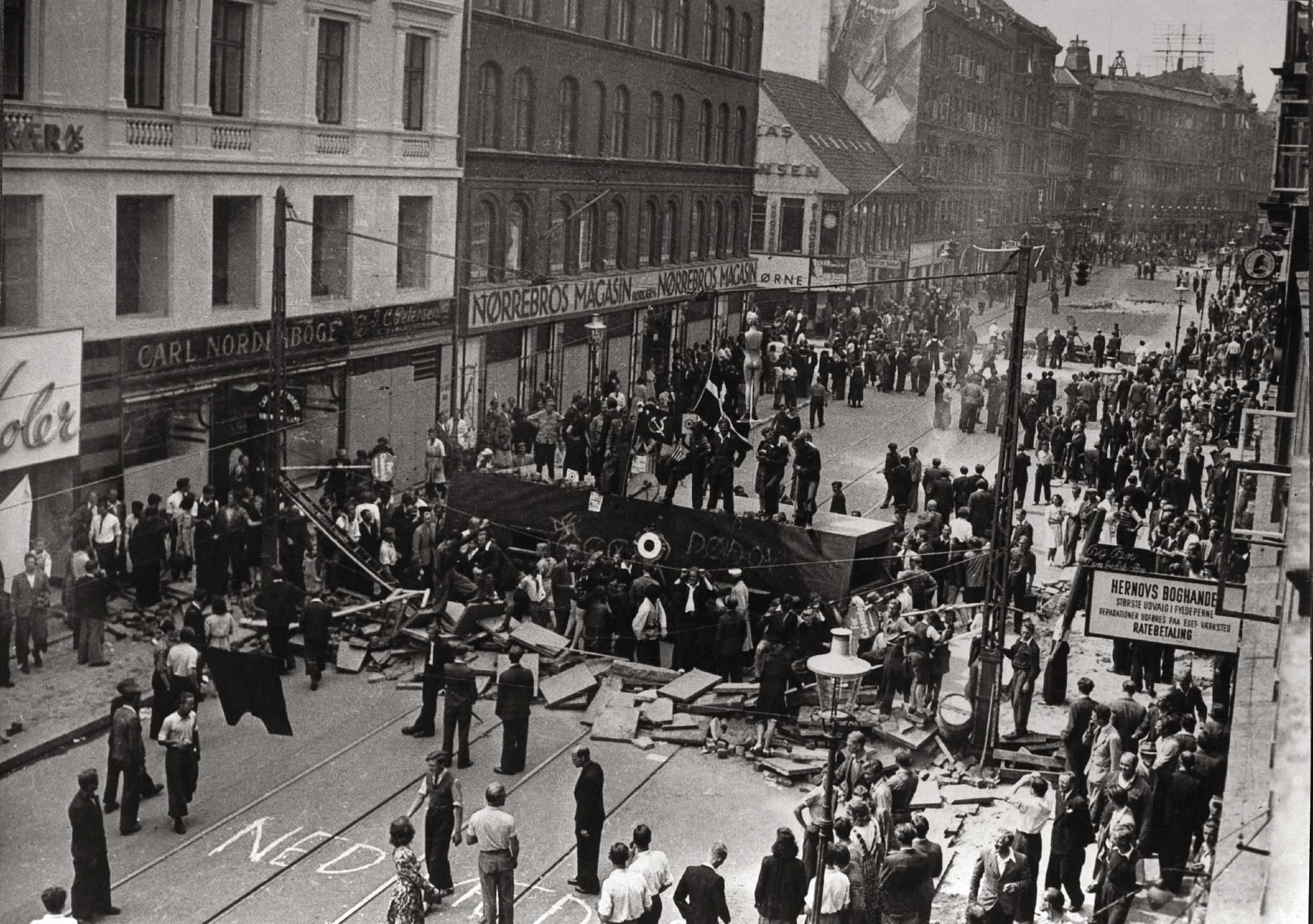 Den store barrikade på Nørrebrogade i København under folkestrejken i 1944. Foto: Nationalmuseet, Danmark. (CC BY-SA 2.0).