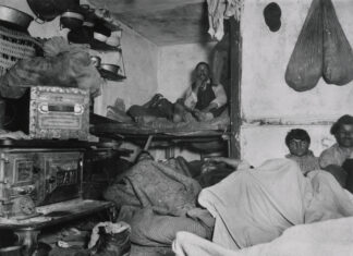 """Lodgers in a Crowded Bayard Street Tenement--'Five Cents a Spot'"". 1889. Foto: Jacob A. Riis. Public Domain."
