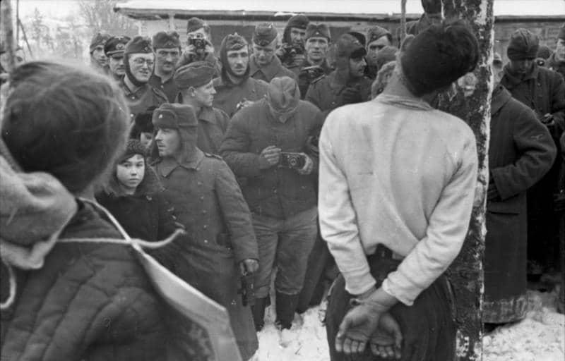 Hanging of partisans in Russia, 1941. German Wehrmacht-Soldaten takes photos. Photo: Koll / Propagandakompanien der Wehrmacht - Heer und Luftwaffe. Collection: Das Bundesarchiv, Koblenz. (CC BY-SA 3.0 DE).