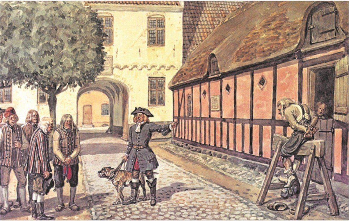 Ridefogeden truer fæstebønderne med træhesten. Både på herregårdene og i det militære rytteri anvendte man træhesten som et strafferedskab. Som straffemiddel var træhesten udbredt i hele landet, og i 1700-årene blev den især anvendt overfor fæstebønderne. Brugen af træhesten blev forbudt i 1789. Planche efter akvarel ca. 1925 af Rasmus Christiansen (1863-1940), dansk tegner og maler. public Domain. Kilde: Dansk Landbrugsmuseeum.