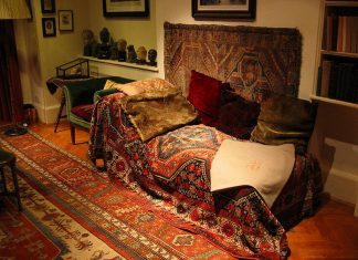 Sigmund Freud's sofa. Photo: Taken 5 December 2004 by Robert Huffstutter. (CC BY 2.0).