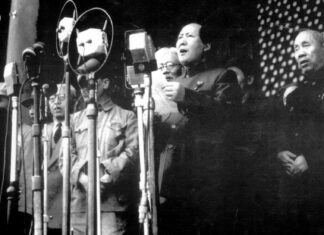 Chairman Mao Zedong announcing the founding of the People's Republic of China on October 1 1949. Source: Sina.com. Foto: Hou Bo Public Domain.