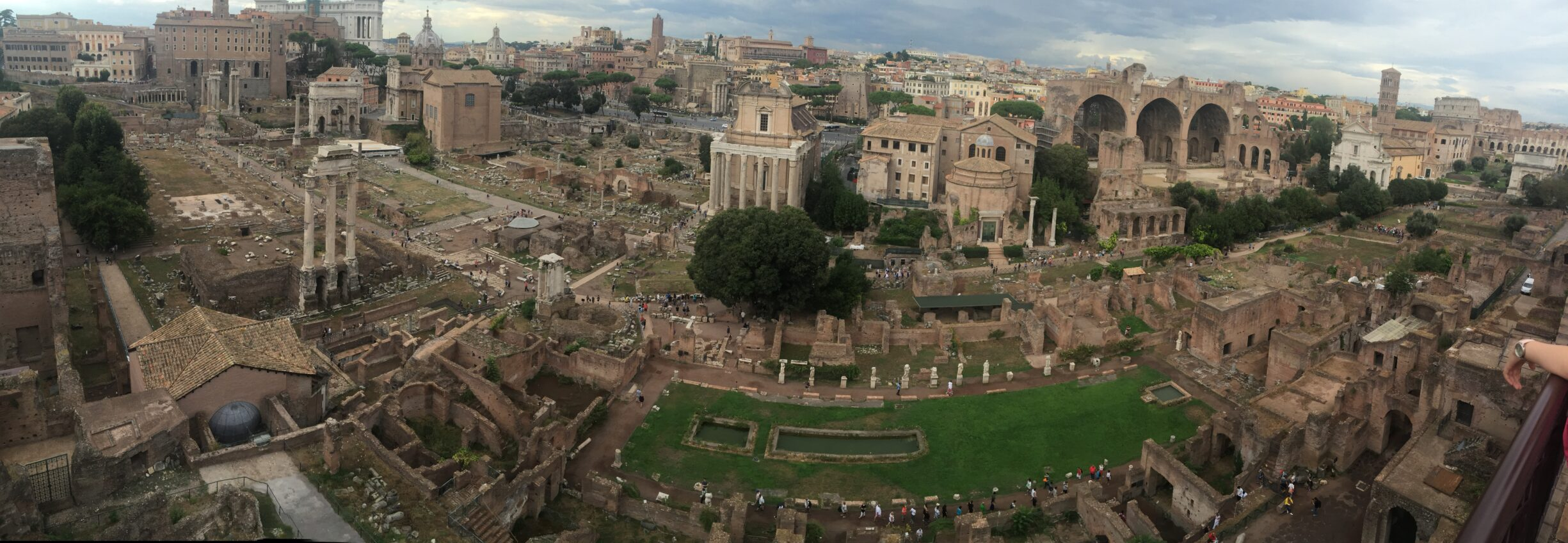 View of the Roman Forum from Palatine Hill with the Arco de Settimio Severo to the west (left) and the Colosseum to the east (right). Photo: Taken 7 September 2016 by Chalaph. (CC BY-SA 4.0).