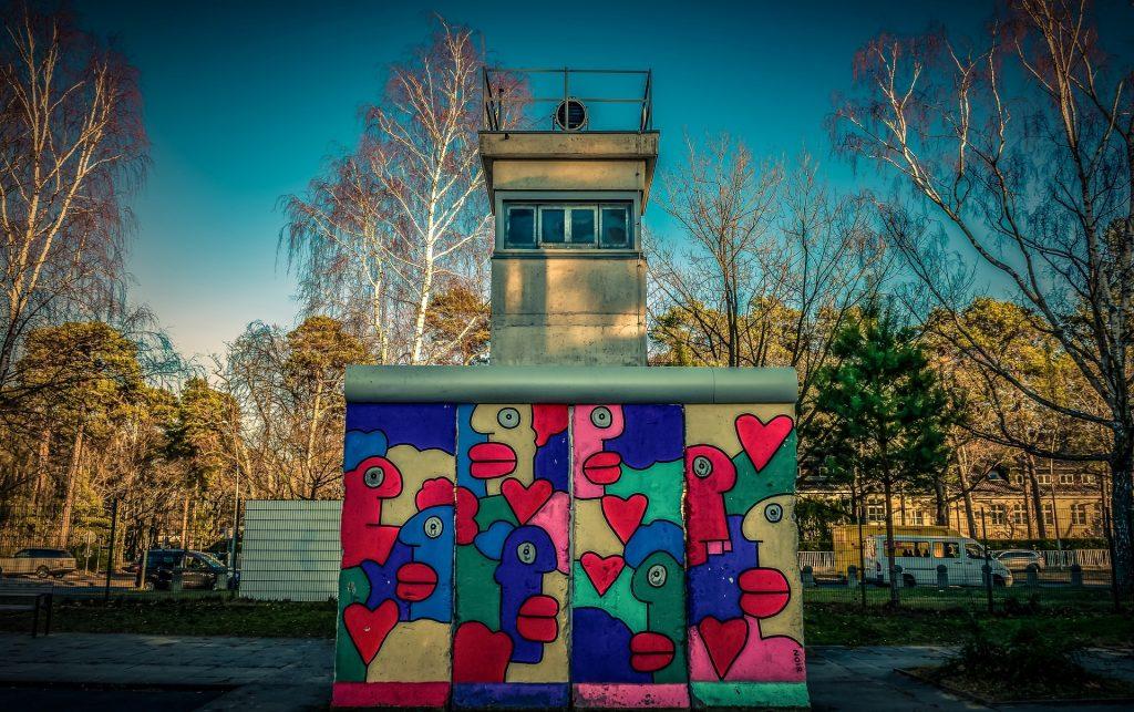 Et vagttårn ved Berlinmuren. Billede af Achim Scholty fra Pixabay
