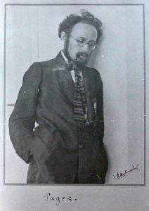Born in Ukraine in 1885, Karl Radek was a revolutionary. He joined Lenin during his exile in Switzerland ; after the October Revolution, he came back to Russia and became Vice-Commissar for Foreign Affairs. In 1920, he became the Secretary of the Komintern. The document is a reproduction of a photo made by photographer V. Shabel'skii. Circa 1925. Author: The Kathryn and Shelby Cullom Davis Library. Public Domain.