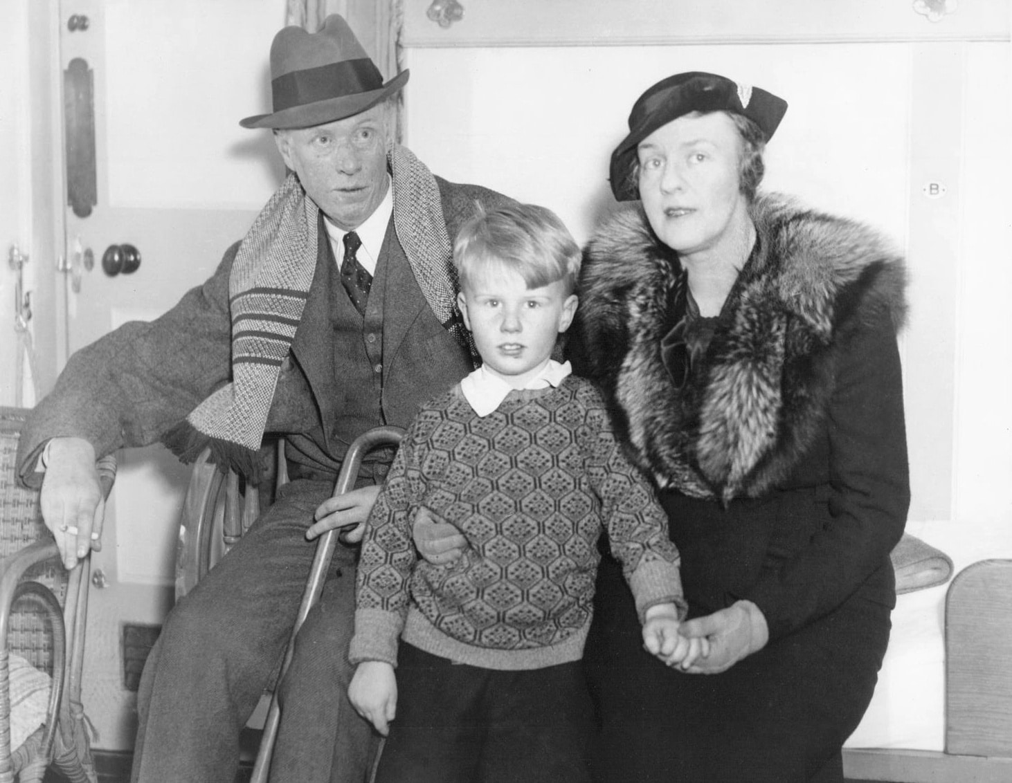 1935 Press Photo Sinclair Lewis with his wife Dorothy Thompson and son. Photo: Unknown. Public Domain.