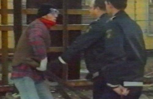Fra Anti-racistisk Håndværkerlaug besøg ved Sandholmlejren 1998. Foto: privatfoto