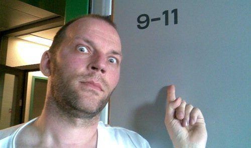 Martin på Riget i juli 2009. Det er få dage efter en stor rygoperation, og Martin har netop opdaget sit skumle værelsesnummer... Foto: privatfoto