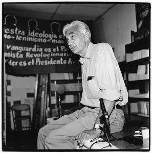 Howard Zinn at Pathfinder book store, Los Angeles, California, August 2000. Photo: Slobodandimitrov. (CC BY-SA 4.0).