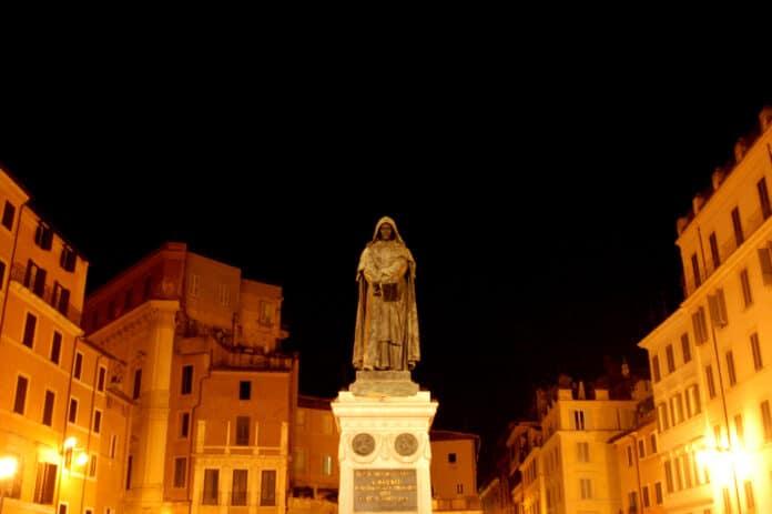 Campo dei Fiori, Rom med statuen af Giordano Bruno. Stedet synes stadig at fornemme afbrændingen 17. februar 1600. Det er som om flammerne stadig brænder og man kan lugte røgen. Foto: Taget 12. august 2007 af Enrico Francese. (CC BY-ND 2.0).