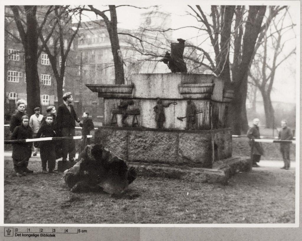 J.F. Willumsens monument over Viggo Hørup som folketaler i Kongens Have, København. Hørup fik som trafikminister haven åbnet for offentligheden i 1901. Statuen blev sprængt i luften 2. februar 1945. En kopi af monumentet er siden sat op samme sted. Foto: Ukendt. (CC BY-NC-ND 4.0).