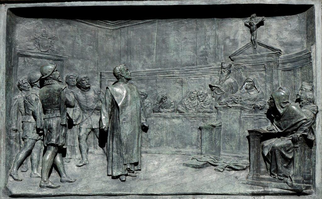 Retssagen mod Giordano Bruno ved den romerske Inquisition. Bronzerelief af Ettore Ferrari (1845-1929), Campo de' Fiori, Rome. Foto: Jastrow, 2006, Public Domain.