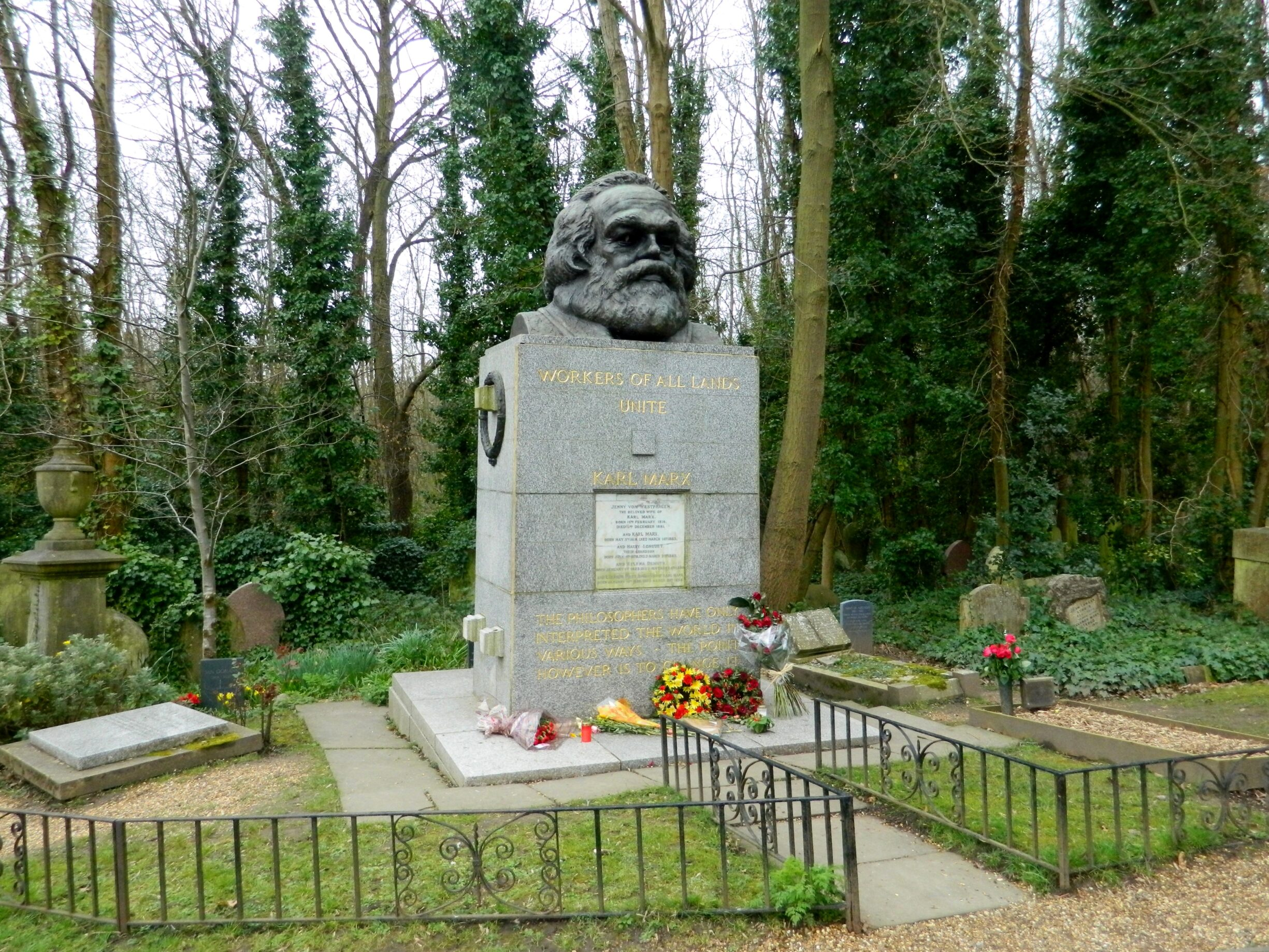 Grave of Karl Marx at the Highgate Cemetary in London. Photo taken 26 march 2016 by Paasikivi. (CC BY-SA 4.0),
