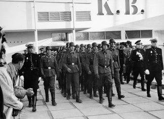 Soldater fra Frikorps Danmark marcherer ud af KB-Hallen i forbindelse med DNSAP's forårsappel d. 26. april 1942. Photo: Nationalmuseet - National Museum of Denmark (CC BY-SA 2.0)