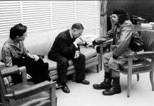 Simone Du Beauvoir, Jean-Paul Sartre og Che Guevara (udenfor billedet Antonio Núñez Jiménez ) i samtale på Cuba 1960. Foto: Alberto Korda. Public Domain.