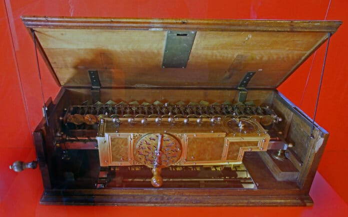The Staffelwalze, or Stepped Reckoner, a digital calculating machine invented by Gottfried Wilhelm Leibniz around 1672 and built around 1700. It was the first known calculator that could perform all four arithmetic operations; addition, subtraction, multiplication and division. 67 cm (26 inches) long. Only two machines were made. Collection: Museum Herrenhausen Palace, Hanover, Germany. Photo: Hajotthu. (CC BY-SA 3.0).