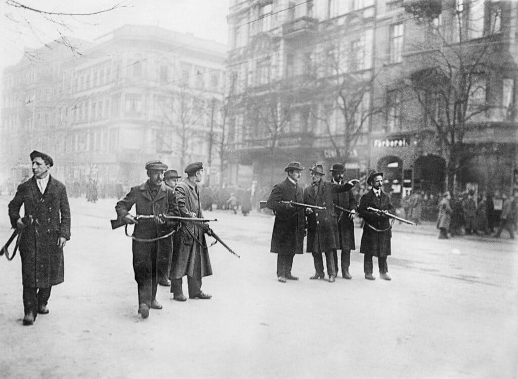 Spartacistiske oprørere, der kontroller en gade i Berlin, 1919. Photo: Ukendt. Public Domain.